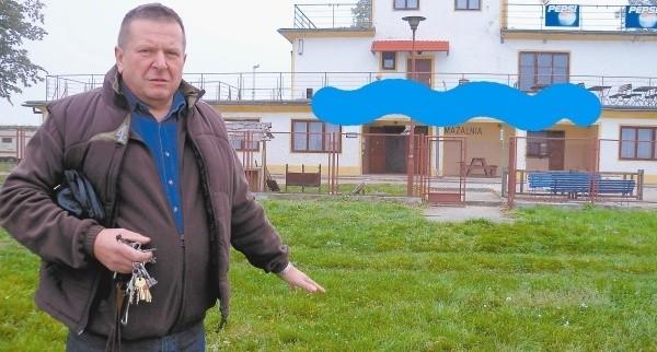 Marian Nowakowski: W 1997 roku woda podchodziła pod drzwi ośrodka. A teraz chcą piętrzyć wodę do wysokości tarasu (niebieska linia).