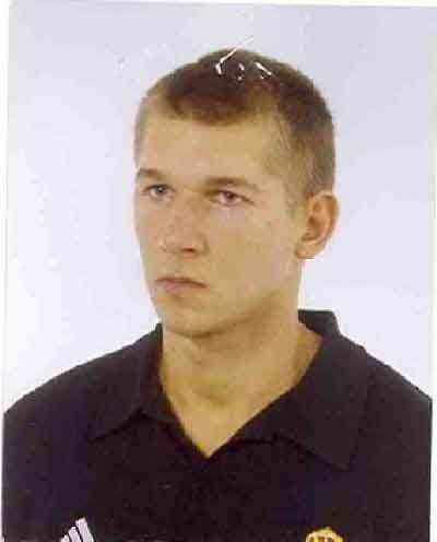 Michał Migała, 27 lat, ma ok. 181 - 185 cm wzrostu, szczupła budowa ciała, włosy ciemne blond, krótkie, proste. W chwili zaginięcia był ubrany w czerwony podkoszulek, krótkie spodenki koloru ciemnego. Miał czarne buty sportowe z jaskrawo-żółtymi elementami.