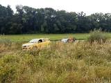Auto zsunęło się ze skarpy w Otmuchowie i utknęło w kanale. Strażacy i pomoc drogowa w akcji [zdjęcia]
