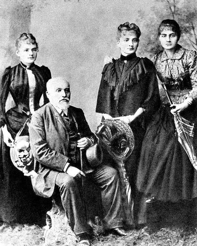 od lewej, Maria, Bronisława i Helena Skłodowskie z ojcem Władysławem