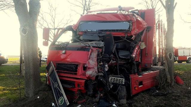 Do groźnego wypadku doszło w środę, 1 kwietnia. Samochód ciężarowy uderzył w drzewo. Kierowcę uwalniali strażacy. Wypadek miał miejsce na drodze krajowej nr 29, na odcinku Cybinka – Urad. Ciężarówka uderzyła w drzewo, jej kierowca został zakleszczony w kabinie. Na miejsce dotarli strażacy z OSP Cybinka i JGR Słubice. Po kilku minutach uwolnili kierowcę. Został on przewieziony do szpitala w Słubicach. Droga po wypadku została zablokowana. Jak donoszą strażacy z OSP Cybinka, w aucie prawdopodobnie pękła opona i to było przyczyną wypadku. Zdjęcia: OSP Cybinka.Zobacz wideo: Jak udzielać pierwszej pomocy ofiarom wypadkówCzytaj także: Korytarz życia na drodze. Jak go utworzyć? Wystarczy przestrzegać kilku zasad!Zobacz wideo: Jak się zachować, kiedy jesteśmy świadkami wypadku?Wideo:Dzień Dobry TVN