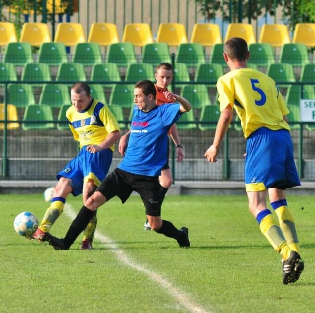 Damian Prarat (z piłką) i jego koledzy z Mokrzyszowa Tarnobrzeg odpadli po walce w półfinale wojewódzkich rozgrywek Pucharu Polski z Polonią Przemyśl.
