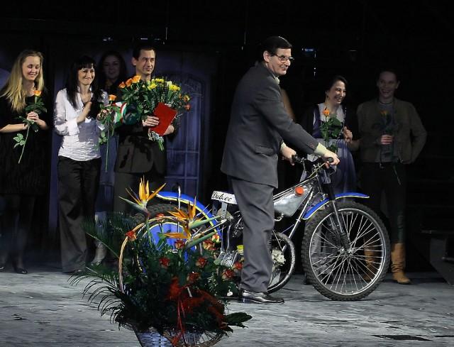"""Jest motor, są aktorzy, są kwiaty, ale to nie premiera """"Zapachu żużla"""", tylko święto teatru 27 marca. Na premierze trzy dni później było pusto i głucho."""