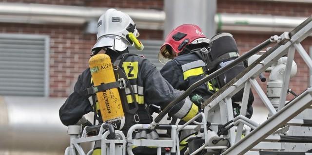 Strażacy wynieśli z płonącego budynku 67-letniego mężczyznę. Niestety nie udało się go uratować.