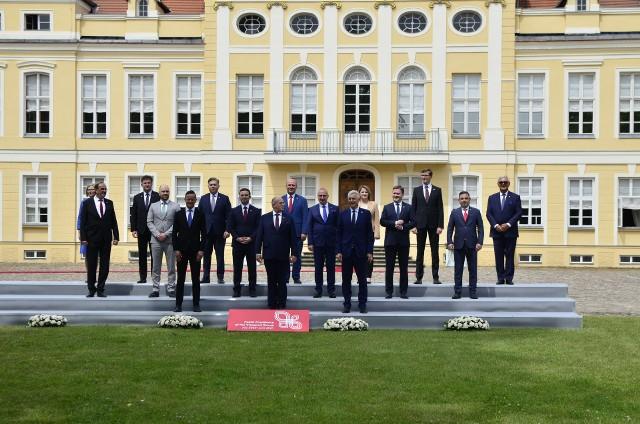 Polska i Grupa Wyszehradzka wyraziły poparcie dla pomysłu rozszerzenia Unii Europejskiej o państwa Bałkanów Zachodnich. W Rogalinie odbyło się spotkanie w ramach polskiej prezydencji w Grupie V4. Pozostałe tematy spotkania to: odbudowa po pandemii koronawirusa oraz współpraca regionalna.