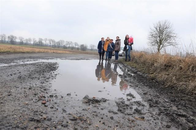 Mieszkańcy Dobroszowa Małego od lat walczą w starostwie o remont drogi. Niestety, od 40 lat nic się nie zmieniło