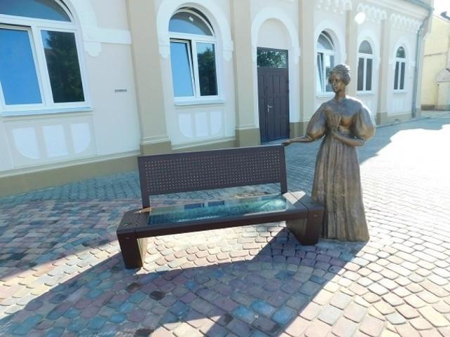 W czwartek, 20 lipca, na placu obok urzędu gminy stanęła ławeczka fotowoltaiczna, a także rzeźba Emilii Sczanieckiej - działaczki społecznej, której rodzinne korzenie powiązane są ze Szczańcem. Ławeczka fotowoltaiczna wraz z rzeźbą zostały zakupione w ramach projektu przebudowy sali wielofunkcyjnej i pomieszczeń Ośrodka Kultury w Szczańcu, współfinansowanego z Regionalnego Programu Operacyjnego Lubuskie 2020.Zobacz też wideo: Najważniejsze informacje z województwa lubuskiegoPOLECAMY PAŃSTWA UWADZE: