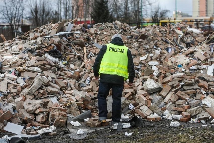 Gruz z zawalonej kamienicy został wywieziony na specjalny plac - teraz przeszukują go policjanci. Szukają m.in. narzędzia zbrodni i rzeczy osobistych mieszkańców