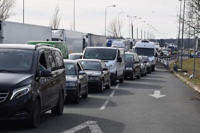 Kierowcy, którzy chcą dostać się do Polski przez przejście graniczne w Świecku, utknęli w korku nawet na kilkanaście godzin