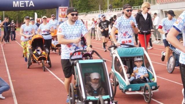 W inowrocławskim biegu wystartowało dziecko niepełnosprawne ruchowo i/lub intelektualnie w specjalnym wózku biegowym, a rolę tzw. pchacza pełnił rodzic bądź opiekun
