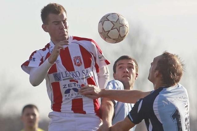 Dariusz Kantor (biało-czerwona koszulka) walnie [przyczynił się do awansu Wisłoki Dębica do IV ligi