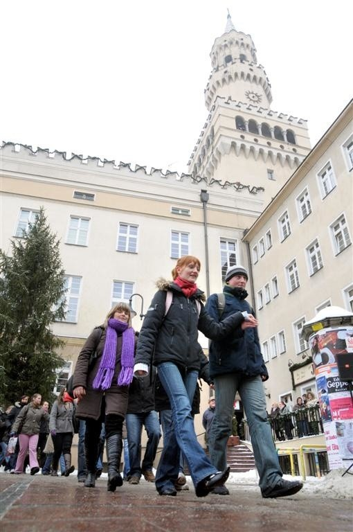 Opole: Polonez maturzystów na Rynku.