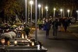 Ostatnie chwile przed zamknięciem cmentarzy w Gdyni. Mieszkańcy masowo odwiedzali groby najbliższych