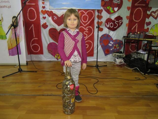 Na zdjęciu 5-letnia Amelia Wójcik. W tej wielkiej butelce było dokładnie 851, 75 zł. To pieniądze uzbierane przez jej dziadka i przekazane WOŚP.