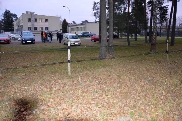"""Ogrodzony plac, gdzie stanie hospicjum, w tle tak zwane """"ambulatorium przy hucie"""""""