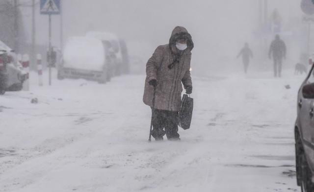 Prognoza pogody na luty 2021. Zima zagościła w naszym kraju na dobre i nie zamierza odpuścić. Synoptycy przewidują kolejne śnieżyce i to już niedługo. Ponownie będzie obficie padał śnieg, a do tego silniej powieje. Sprawdź długoterminową prognozę. Co nas czeka w najbliższych dniach? Zobacz na kolejnych stronach ---->