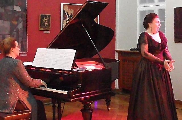 Przy fortepianie - Ewa Pobłocka, wybitna pianistka. Pieśni śpiewała Joanna Kozłowska, laureatka wielu konkursów wokalnych