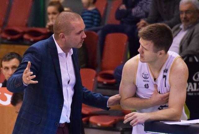 Damian Ciesielski (z prawej) w rozmowie z trenerem, Marcinem Radomskim