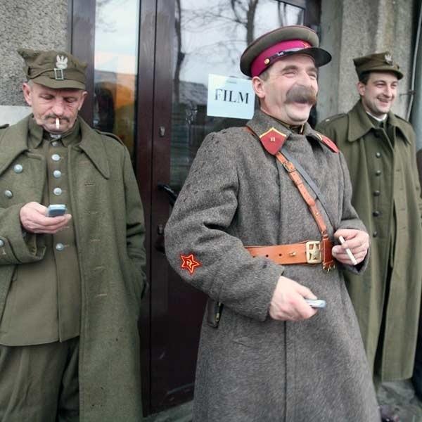 Najpierw mówili, że będziemy grać tylko polskich oficerów, a potem niektórym kazali ubierać sowieckie mundury - narzekają statyści.