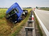 Ciężarówka wpadła do rowu na A4. Autostrada będzie zamknięta (ZDJĘCIA)