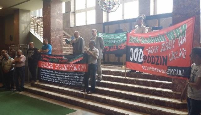 Pracownicy przyszli na Zgromadzenie Wierzycieli KKSM z transparentami.