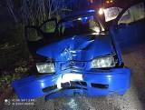 Szymany. Nocny wypadek na drodze leśnej. Volkswagen uderzył w drzewo. Jedna osoba trafiła do szpitala [ZDJĘCIA]