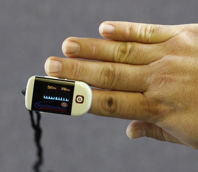 Pulsoksymetr to niewielkie urządzenie, które zazwyczaj przypina się do palca za pomocą wbudowanego klipsa