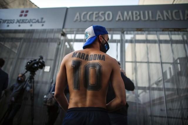 Agencja Associated Press wybrała najlepsze zdjęcia 2020 roku. Wśród nich znalazło się kilka fotografii z oblicza sportu. Piękny i genialny w swojej prostocie tatuaż upamiętniający Diego Maradonę. Argentyńska legenda futbolu zmarła 25 listopada.
