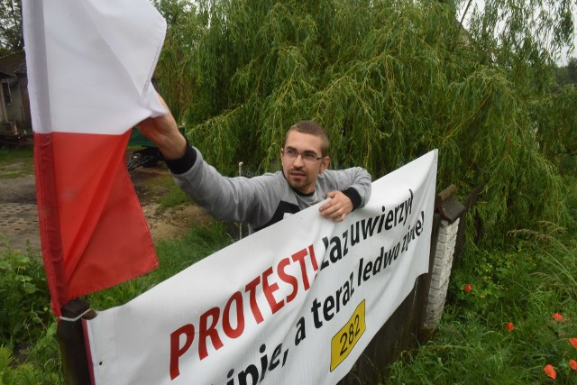 Mieszkańcy Łazu rozpoczęli protest dotyczący obwodnicy już w wakcje 2018 roku. W ich opinii projekt jest zły, bowiem planowana droga ma przebiegać zbyt blisko domów oraz działek