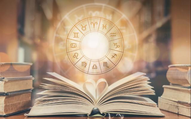 Dzięki charakterystyce znaku zodiaku można poznać główne cechy zodiakalnej Wagi, jej wady i zalety, a także to, jak zazwyczaj zachowuje się w miłości, pracy, jakim jest przyjacielem i jak radzi sobie z finansami. Poznaj zodiakalną Wagę - sprawdź charakterystykę znaku zodiaku i dowiedz się jakie wartości są dla niej najważniejsze w życiu.