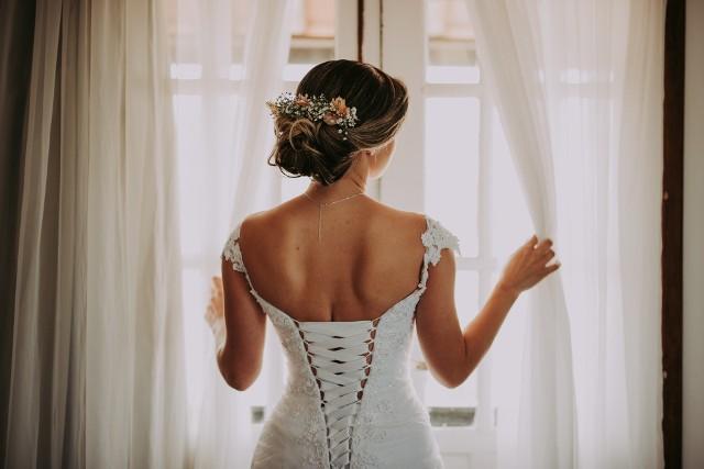 Ile kosztuje wesele, a ile sam ślub cywilny czy kościelny? Takie pytanie zadaje sobie chyba każdy, kto stoi przed organizacją własnego ślubu i wesela. O wydatkach z tym związanych krążą legendy, a w wesele organizowane z kredytu wcale nie jest trudno uwierzyć, przyglądając się bliżej temu, ile trzeba zapłacić za poszczególne rzeczy. Nie są to małe pieniądze! Sprawdź w naszej galerii, ile wydasz na swój ślub i wesele!