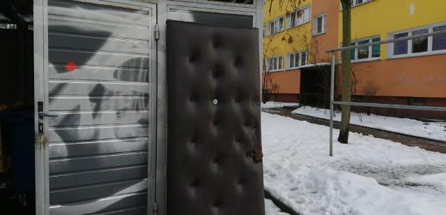 Drzwi oparte o ścianę śmietnika mogą się przewrócić np. na dziecko...