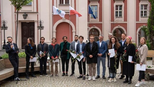 Stypendia dla młodych twórców poznańskiego środowiska artystycznego, którzy nie ukończyli 31 lat, są przyznawane od 30 lat.    Nazwiska osób, które w tym roku zostały nimi wyróżnione, ogłoszono w czwartek, 17 maja na Wolnym Dziedzińcu Urzędu Miasta