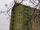 """Nowy mural w Białymstoku. Tkanina dwuosnowowa """"Cztery pory roku"""" Felicji Puzanowskiej na ścianie Domu Aktora (zdjęcia)"""