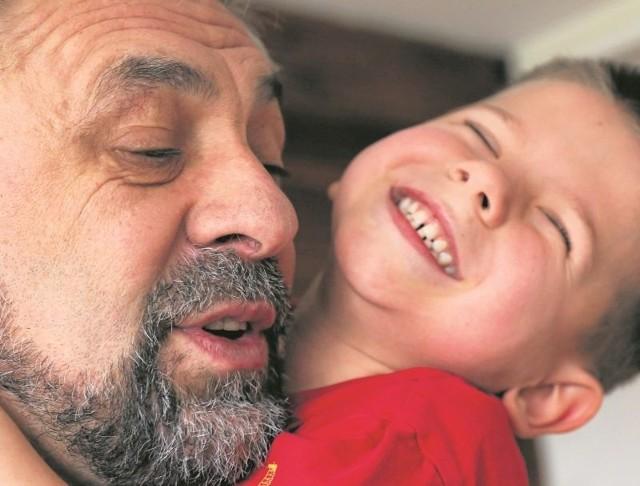 """Najmłodsi podopieczni stowarzyszenia Droga uwielbiają ojca Edwarda Konkola, którego pieszczotliwie nazywają """"wujkiem"""". Mały Pawełek nie mógł się w czwartek od """"wujka"""" oderwać"""