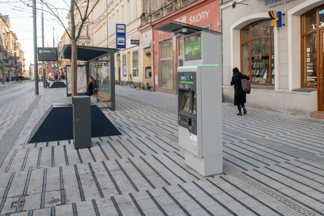 W Poznaniu w najbliższym czasie pojawią 33 nowe biletomaty, w których można kupić bilety komunikacji miejskiej. Trzy z nich już działają i można w nich doładować kartę PEKA lub kupić bilet czasowy. Są ekologiczne, bo zużywają mniej energii i nowoczesne, ponieważ zastosowano w nich najnowsze rozwiązania. Gdzie zostaną rozmieszczone?Przejdź do kolejnego zdjęcia --->