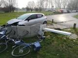 Kraków. Traficar staranował stację i zniszczył rowery Wavelo [ZDJĘCIA]