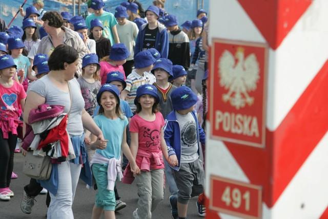 Dzień Europy w Słubicach. - To miejsce, które jest w centrum Europy - mówi burmistrz Tomasz Ciszewicz. Na moście granicznym spotkało się blisko tysiąc dzieci z Polski i Niemiec.