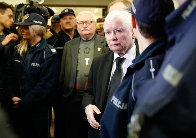 Lech Wałęsa i Jarosław Kaczyński to dawni bliscy współpracownicy, ale od lat po innych stronach politycznej barykady. Spotykają się tylko w sądzie i nie podają sobie rąk.