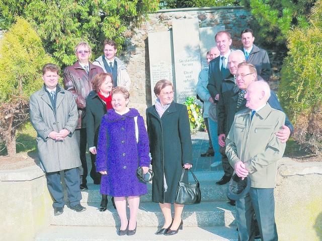 Osoby zaangażowane w odbudowę pomnika w Dytmarowie miały w niedzielę powód do radości. Wspólnie zapozowały więc do pamiątkowej fotografii.