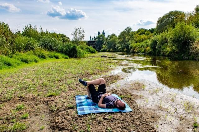 W rzece niedaleko katedry jest praktycznie sucho. Wody jest na tyle mało, że rozkładając koc na środku rzeki, można sobie zrobić piknik...Przejdź dalej i zobacz, jak wygląda rzeka w samym centrum Poznania --->