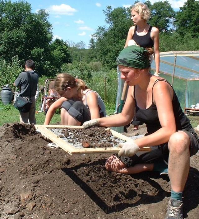 - Mieszkańcy Chwarszczan co dzień pytają, co znaleźliśmy - mówią dziewczęta pracujące przy wykopaliskach.
