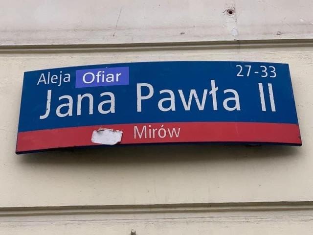 """Kilka dni temu w Warszawie ktoś dokleił do nazwy alei Jana Pawła II słowo """"ofiar"""". Inicjatywy zmiany nazw ulic, którym patronuje papież, pojawiły się też w Gdańsku, Kołobrzegu i Wrocławiu."""