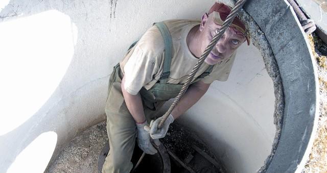 Krzysztof Kusa wraz z ekipą próbuje uruchomić zapasową studnię głębinową. Sprawdza, czy od lat nieużywany 50-metrowy odwiert jest drożny.