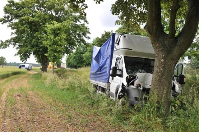 Wypadek pod Śremem: Citroen uderzył w drzewo