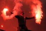 """Derby Krakowa. """"Prysznic"""" od strażaków dla kibiców Cracovii. Palili stadion [WIDEO]"""