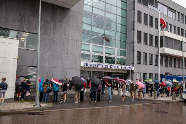 Pancjenci skażą się, bo godzinami czekali na przyjęcie do szpitala. Stali w deszczu