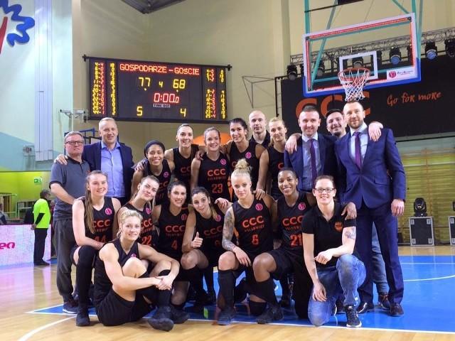Działacze, trenerzy i zawodniczki CCC świętowały drugi triumf w tegorocznej Eurolidze