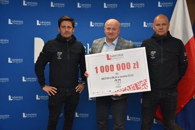 Na zdjęciu, od lewej: Jakub Kępa, prezes Speedway Lublin S.A., marszałek Jaroslaw Stawiarski i Piotr Więckowski, wiceprezes Speedway Lublin S.A.