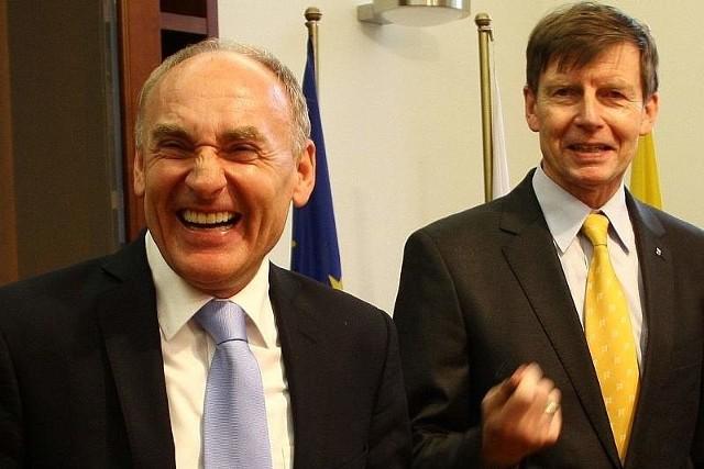 Czesław Lang (z lewej) był bardzo zadowolony po podpisaniu umowy z prezydentem Opola Ryszardem Zembaczyńskim w sprawie zorganizowania Tour de Pologne.